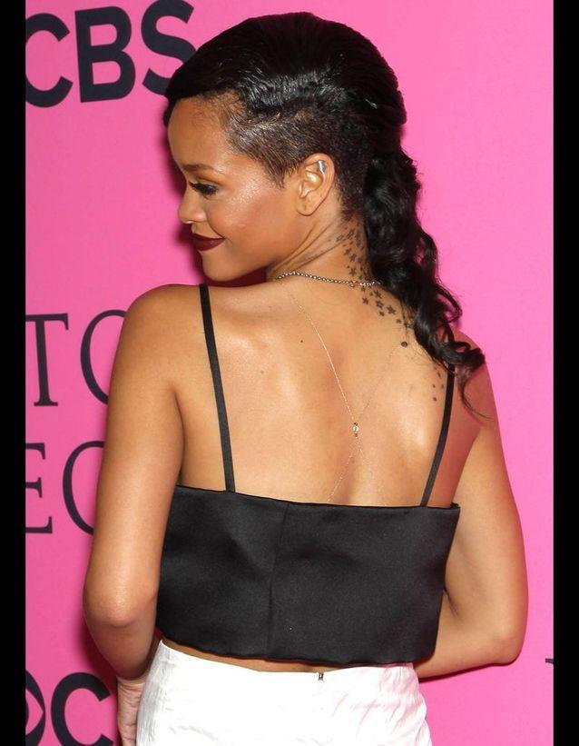 Rihanna a choisi une traînée d'étoiles dans le dos.