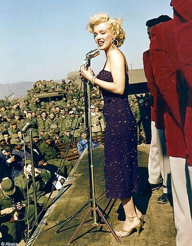 Marilyn Monroe chante devant des soldats américains, en Corée du Nord, 1954