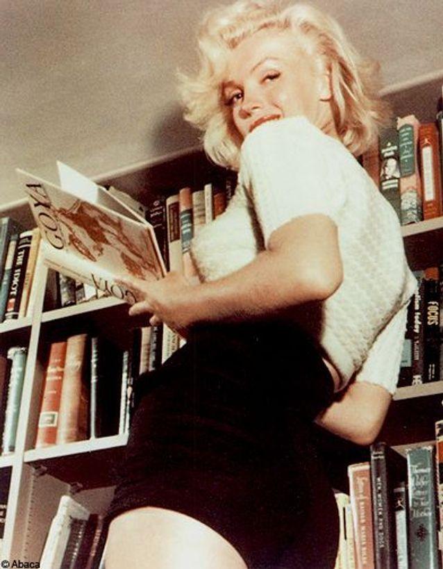 Marilyn Monroe lit un livre sur Goya, 1953