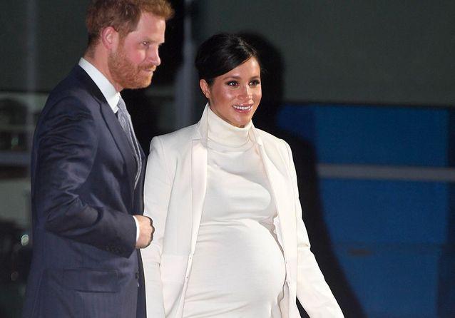 Meghan Markle : parfaite dans une robe blanche qui dévoile un ventre bien rond !