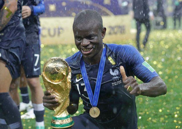 Parce qu'après la victoire des Bleus sur la pelouse du stade Loujniki de Moscou, N'Golo Kanté n'a pas osé toucher la coupe