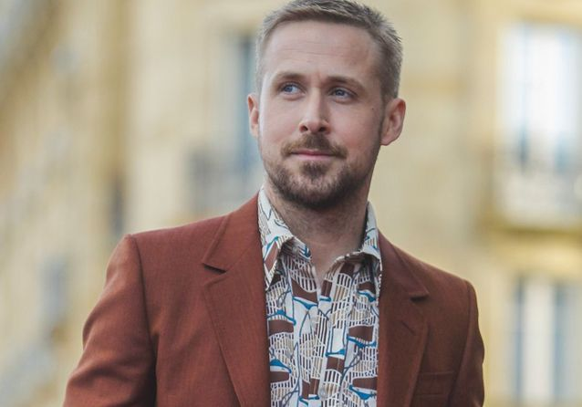 Pourquoi Ryan Gosling porte-t-il des chemises aussi bariolées sous ses costumes ?