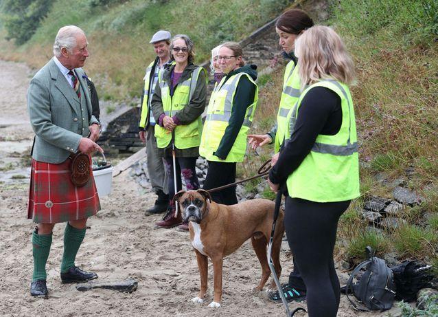 Le prince Charles en visite à la plage de Scrabster en Écosse