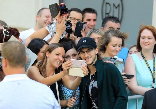 René-Charles a bien grandi : devant son hôtel à Paris, il prend un bain de foule avec les fans