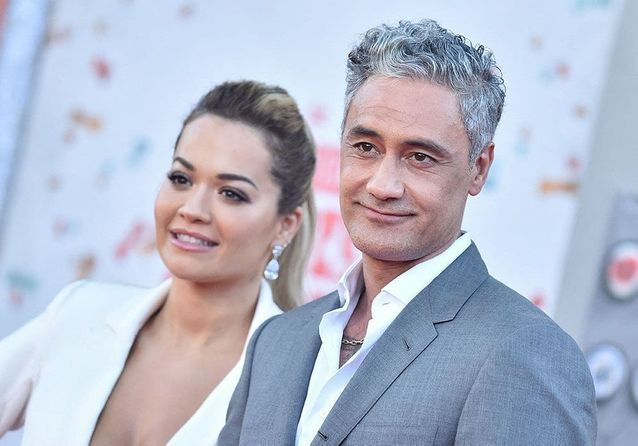 Rita Ora fait une première apparition en couple sur le tapis rouge