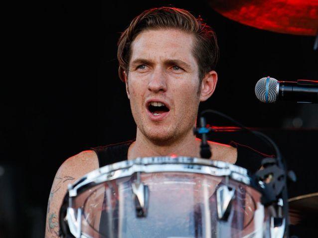 Il est batteur dans un groupe de rock