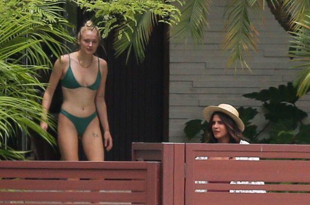 Sophie Turner et Priyanka Chopra prennent du bon temps autour d'une piscine