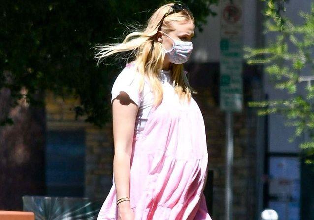 Sophie Turner (Game of Thrones) : elle dévoile son ventre rond, à quelques semaines de son accouchement