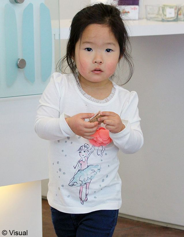 Cette petite fille adoptée en Corée a accueilli une petite sœur récemment.