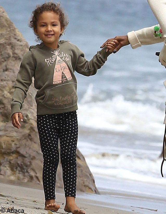 Métisse aux yeux bleus, cette petite fille est prédestinée à devenir une star, comme sa mère !