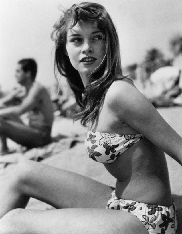 Una jovencísima Brigitte Bardot, en las playas de Cannes, en 1952. /Foto: Getty