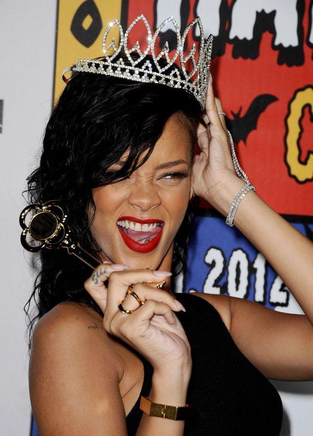 Le « Shhh » sur le doigt , Les 15 tatouages de Rihanna que