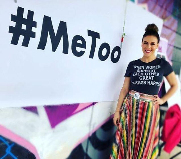Alyssa Milano tout sourire arborait un t-shirt à message féministe