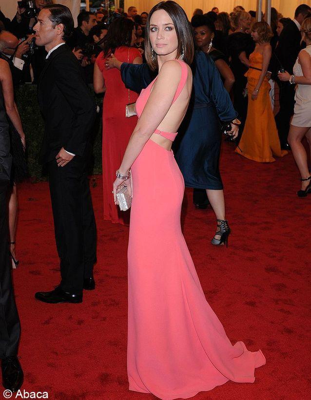 En rose néon signé Calvin Klein, Emily Blunt se dévoile.