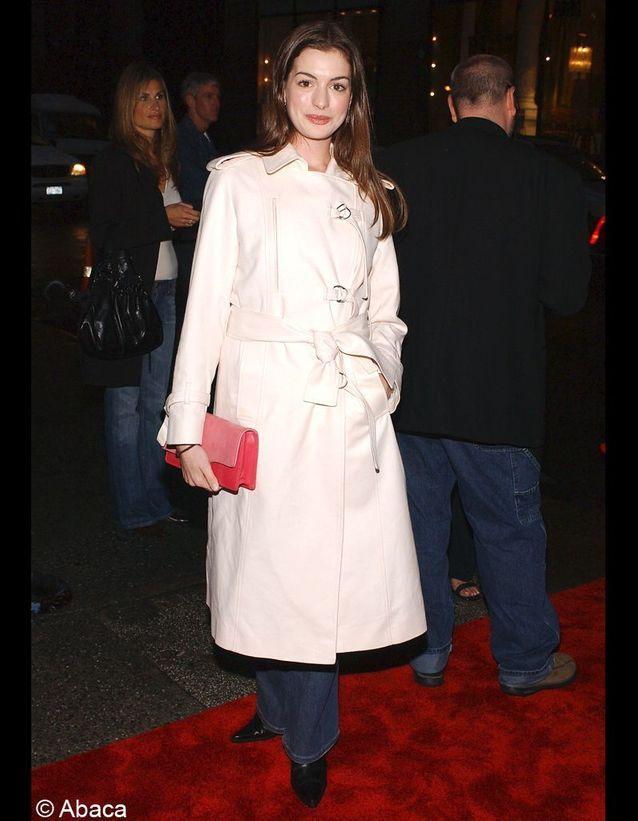 Premier tapis rouge après le succès de « Princesse malgré elle » qui lui permet de se faire remarquer. Côté look, on est loin de la gravure de mode.