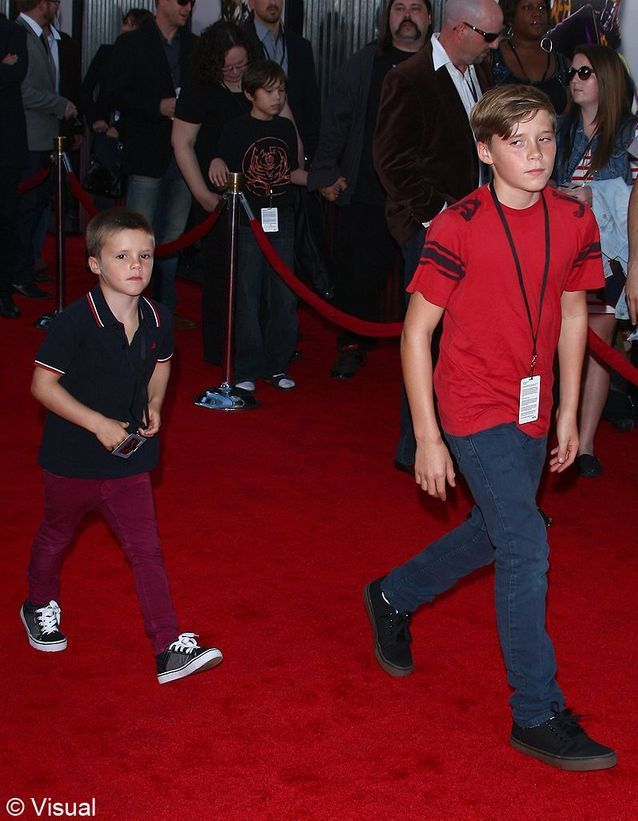 Cruz Beckham en jean slim bordeaux
