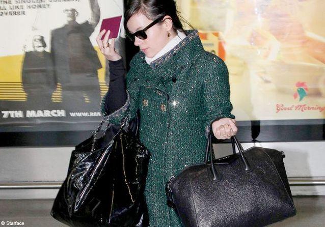 Tendance: les stars portent deux sacs à main!
