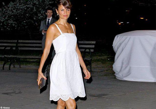 Helena Christensen, en petite robe d'été à la soirée Vanity Fair