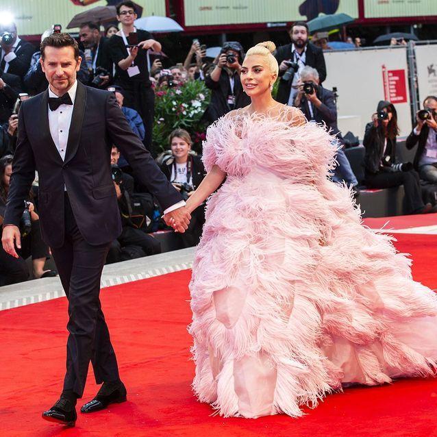 Bradley Cooper (en Gucci) et Lady Gaga (en Valentino Couture)