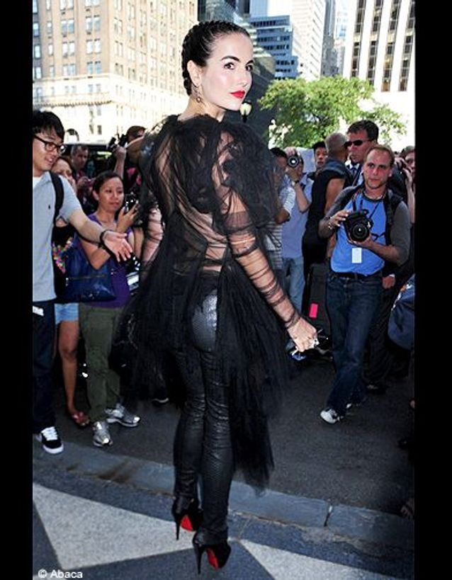 People tapis rouge defiles fashion week new york camilla belle