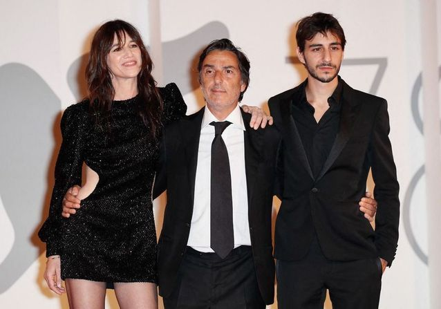 Mostra de Venise 2021 : Charlotte Gainsbourg radieuse aux côtés d'Yvan Attal et leur fils Ben