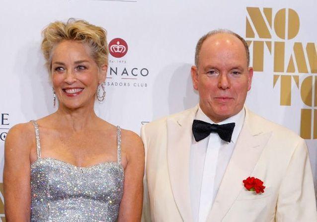 Sharon Stone entourée de Camille Gottlieb, Louis Ducruet et Albert II pour la première de James Bond