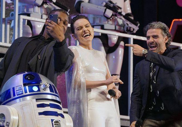 Daisy Ridley, John Boyega et Oscar Isaac avec R2-D2