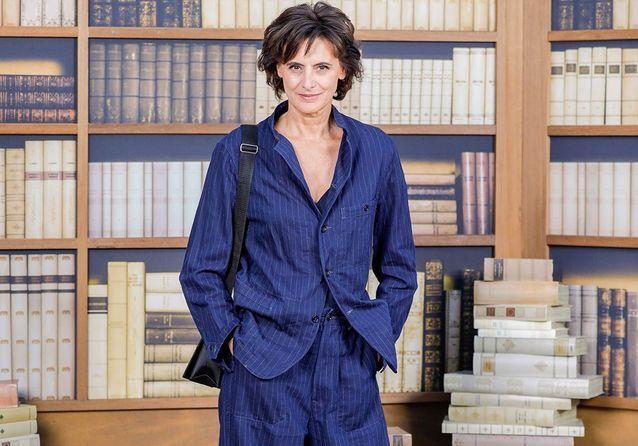 Chanel : Inès de la Fressange, Margot Robbie et Caroline de Maigret dans la bibliothèque chic du défilé couture