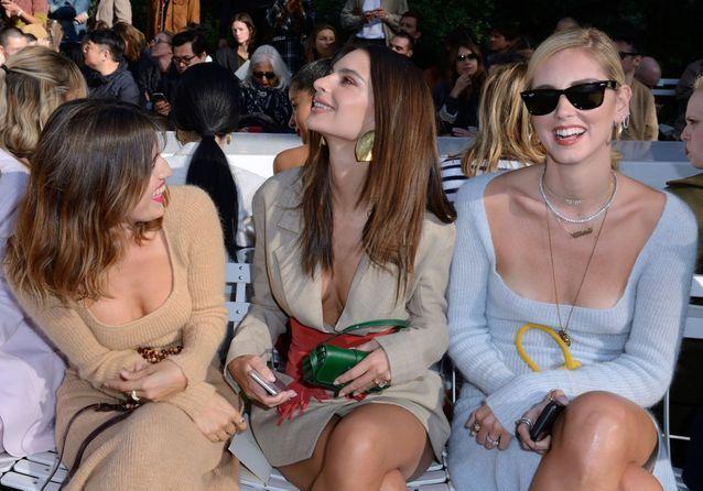 Emily Ratajkowski, Chiara Ferragni et Bruna Marquezine sensuelles au défilé Jacquemus