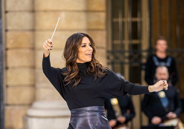 Eva Longoria, cheffe d'orchestre du défilé L'Oréal Paris aux côtés de Caroline Receveur et Camila Cabello