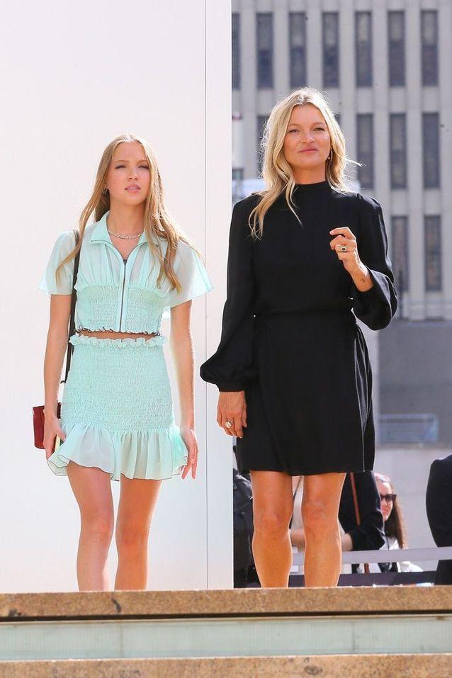 Kate Moss et sa fille arrivent au défilé Longchamp