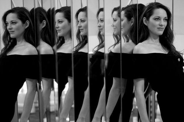 Marion Cotillard pour Chanel, dans une robe en crêpe et satin