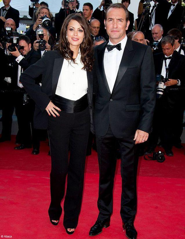 Pour sa première apparition sur le tapis rouge cannois en mai 2011, Bérénice Bejo joue la carte du masculin en costume Yves Saint Laurent. Une touche de rouge sur les lèvres et sur les ongles, et hop, son look est signé !