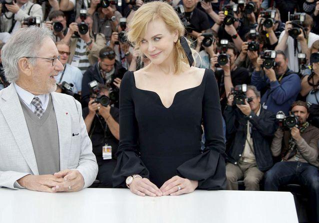 Le jury de Cannes prend la pose sur tapis rouge