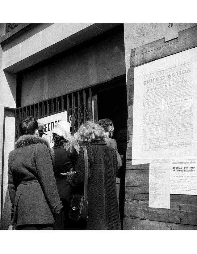 Les femmes entrent dans un vrai bureau de vote