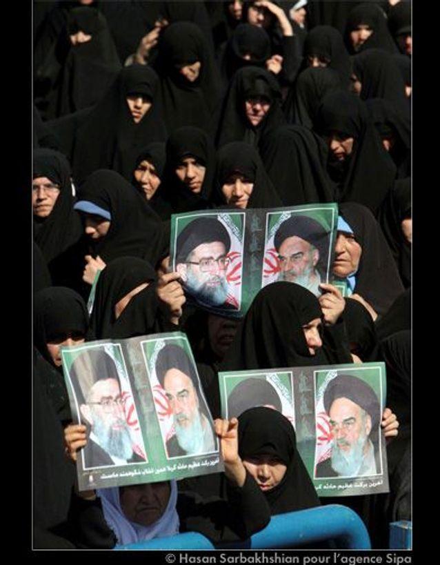 DES IRANIENNES AVEC DES POSTERS