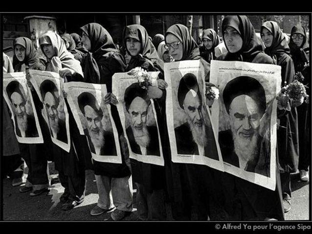 DES FEMMES IRANIENNES MANIFESTANT