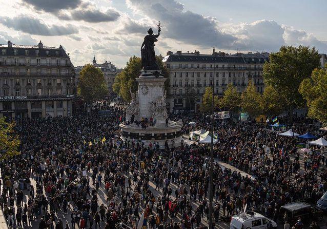 Les Français rassemblés pour rendre hommage au professeur assassiné