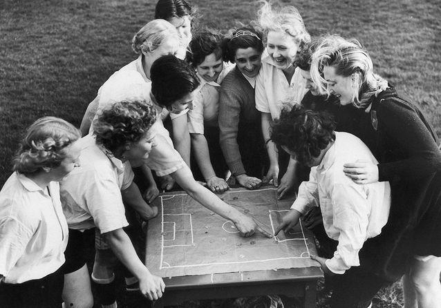Revivez l'incroyable histoire des pionnières du football féminin