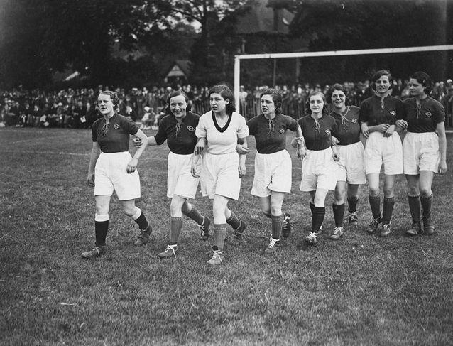 L'équipe de football féminine Marks & Spencers