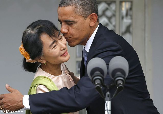 Les femmes de la semaine : Aung San Suu Kyi, gênée, dans les bras de Barack Obama