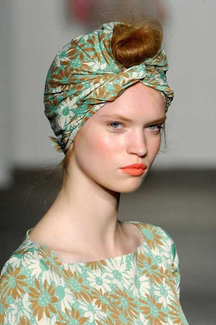 Coiffure avec foulard chignon