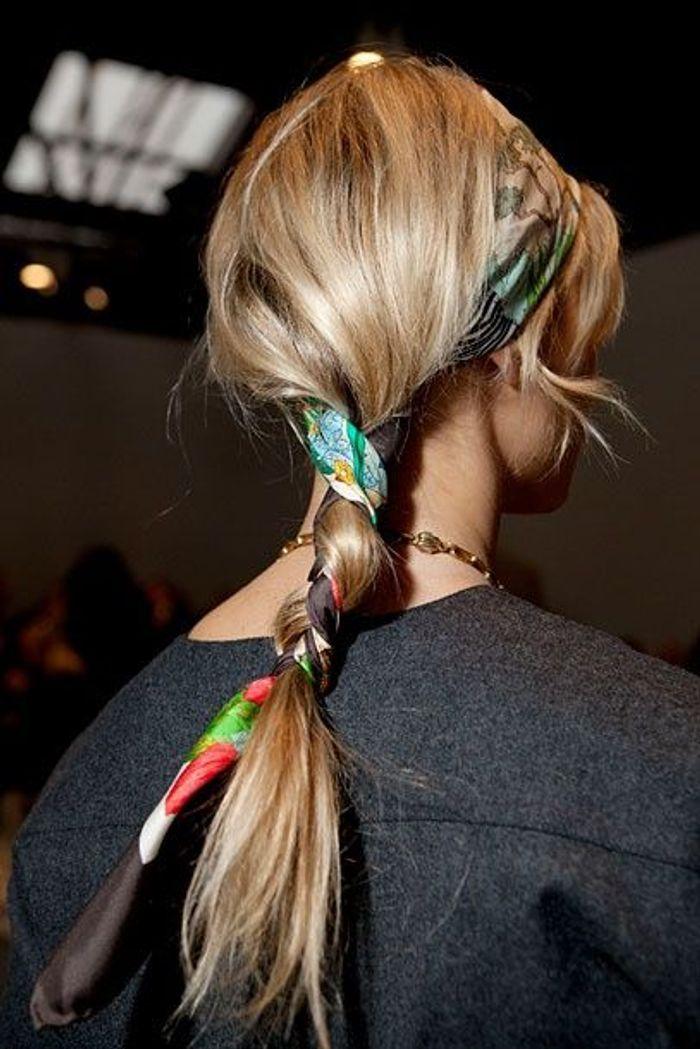 Coiffure avec foulard coloré
