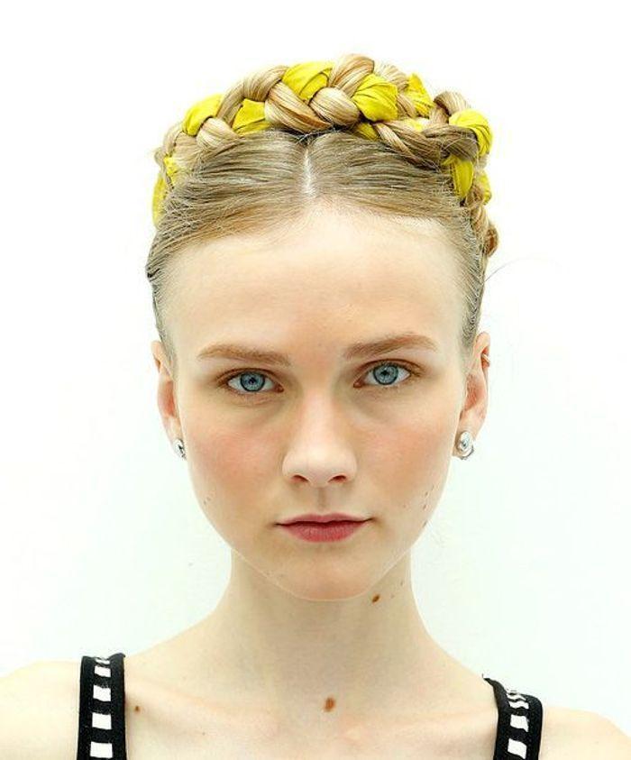 Coiffure avec foulard couronne de tresse