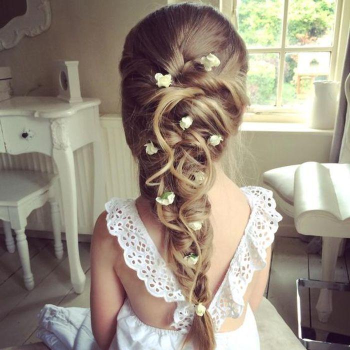 coiffure petite fille communion 40 coiffures de petite fille qui changent des couettes elle. Black Bedroom Furniture Sets. Home Design Ideas