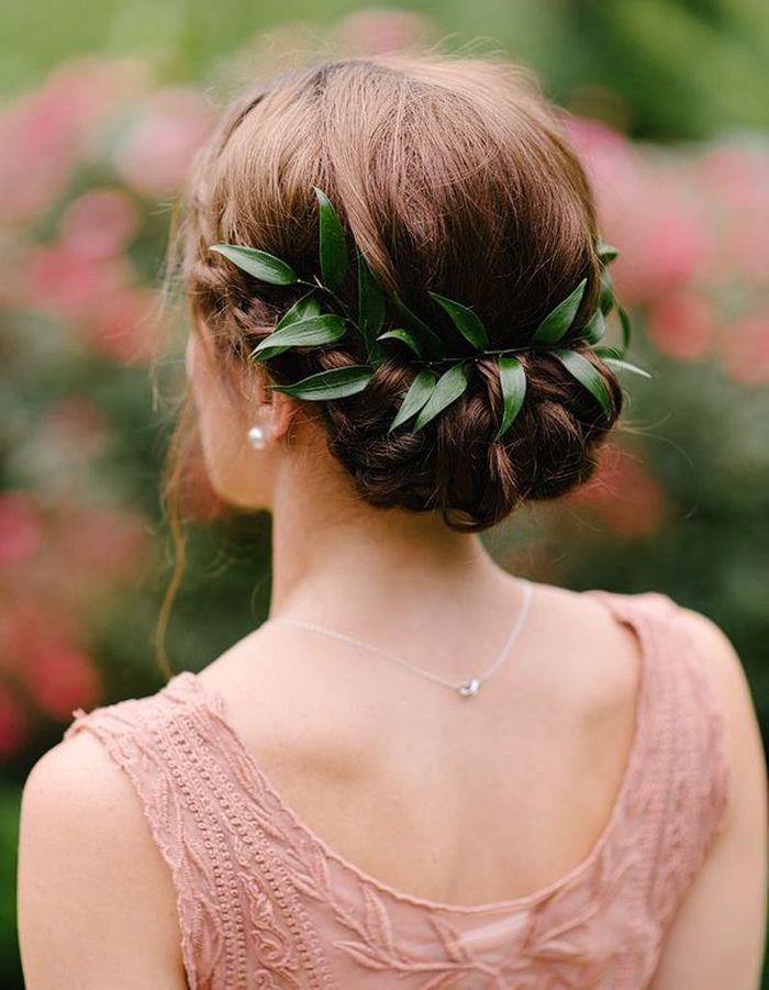 Coiffure de mariée Chignon orné de feuilles