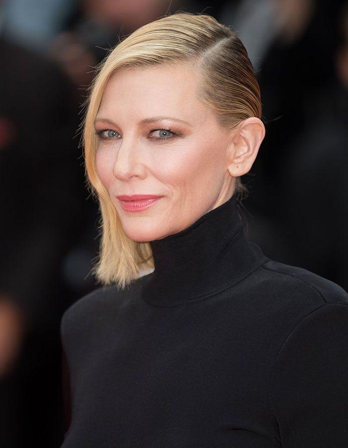 Les cheveux effet mouillés sur le côté de Cate Blanchett à Cannes