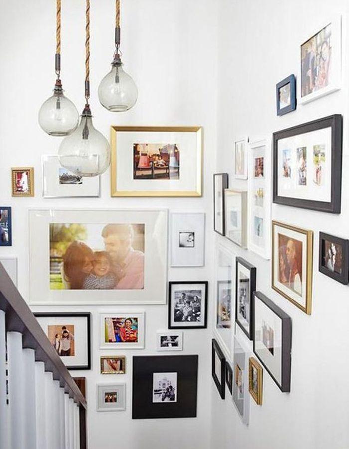 Additionnez les cadres dans la cage d'escalier