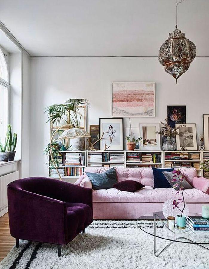 Alternez cadres et végétaux posés sur un meuble