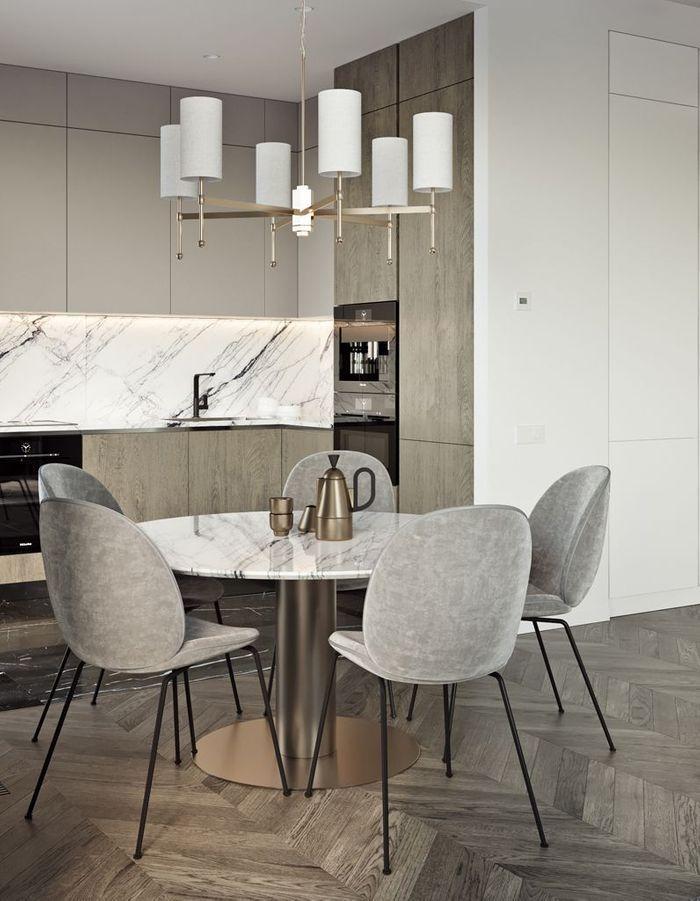 La chaise Beetle grise dans une cuisine en marbre